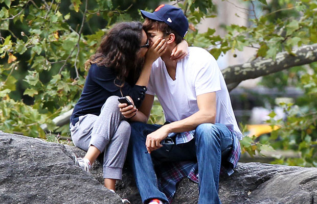 Ashton Kutcher and Mila Kunis kissing in Central Park