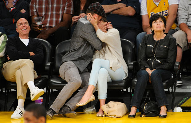 Justin Timberlake kissing Jessica Biel at Lakers game